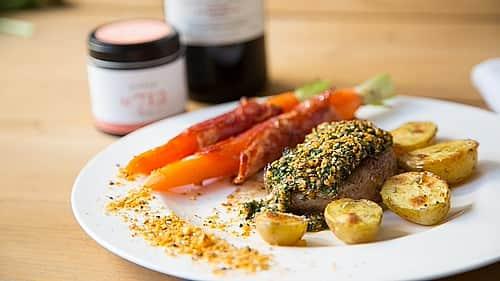 lamm-steak-mit-dukkah-kruste-rosmarinkartoffeln-karamellisierte-mo-hren-16x9