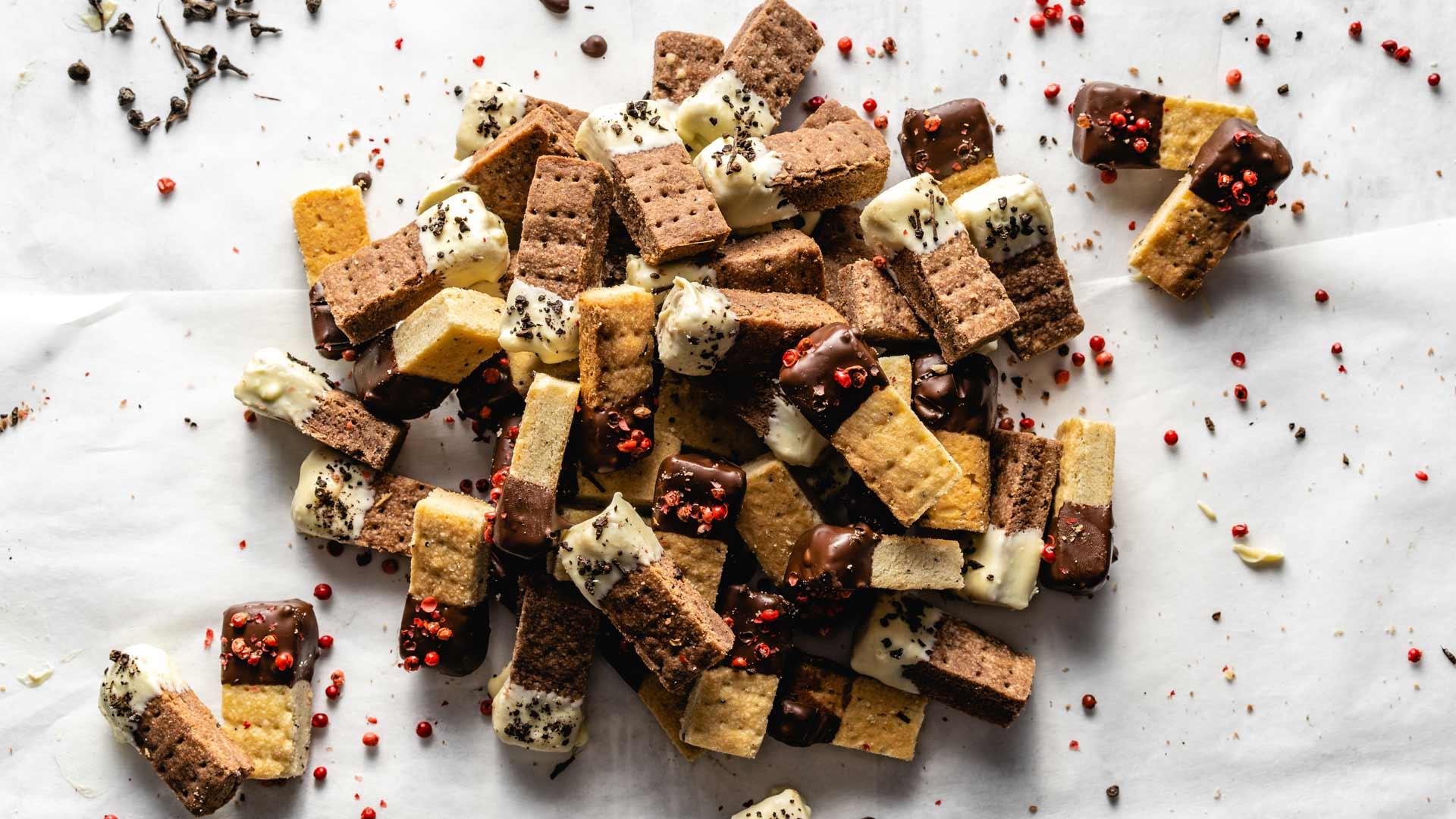 shortbread-mit-schokolade-zimtblueten-und-rosa-pfeffer-rimoco-16x9