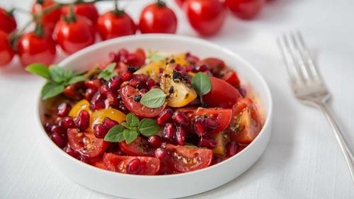salat-tasmanischer-pfeffer-granatapfel-und-tomate-rimoco-16x9-500px